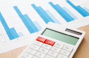 財産調査グラフ資料と電卓