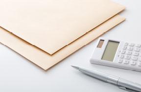 封筒と電卓とペン