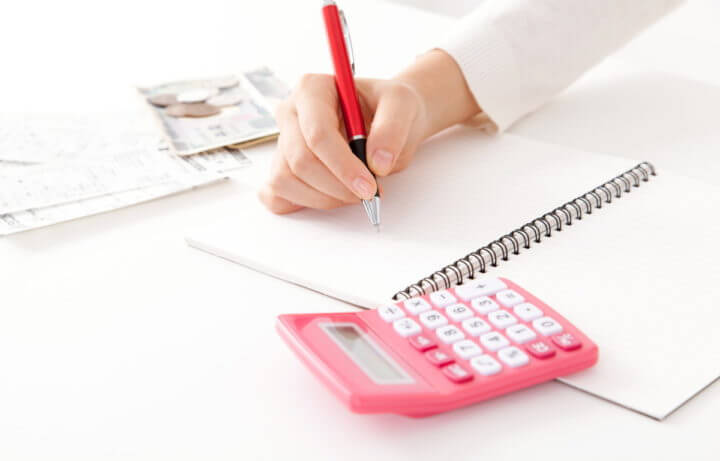 お金の計算をする主婦