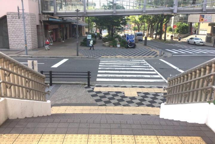 階段(歩道が終わる)