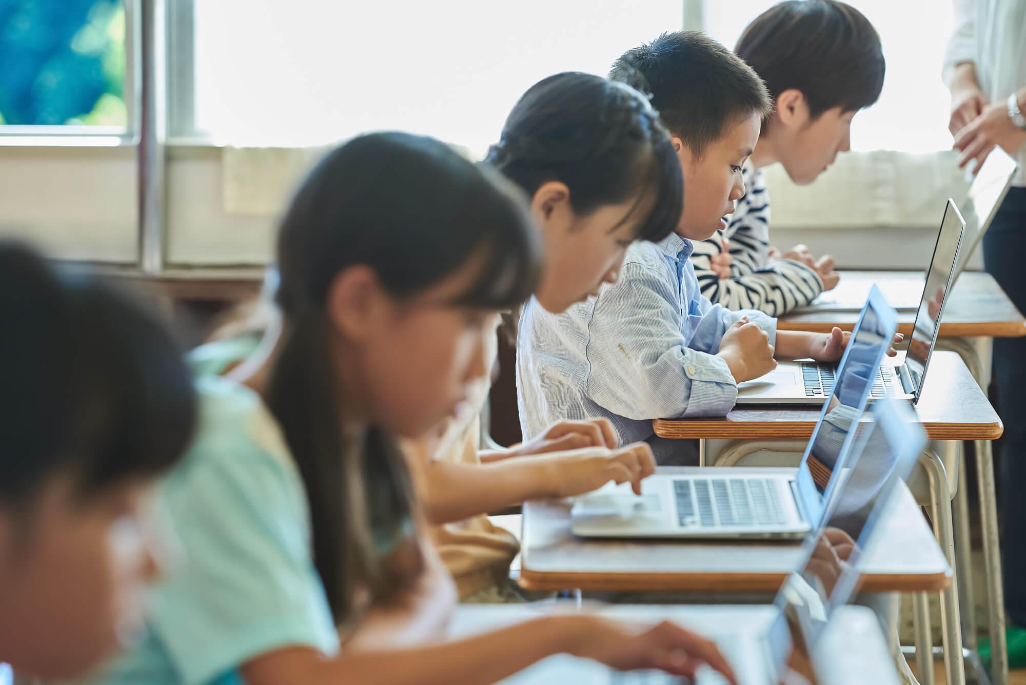 学校で授業を受ける子供
