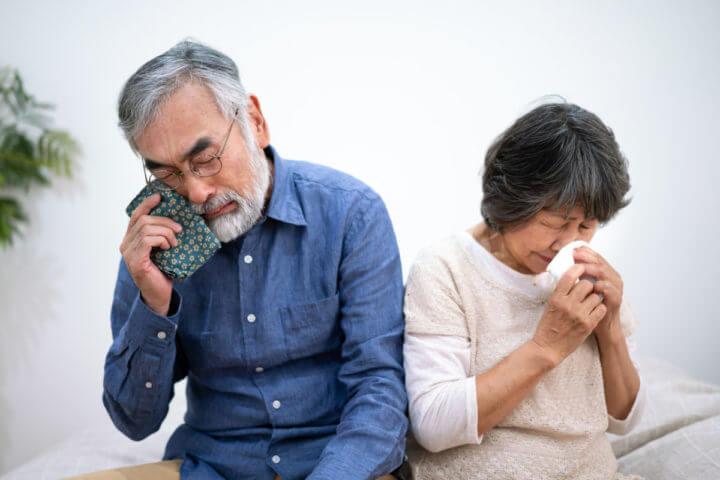 悲しむ内縁関係の夫婦