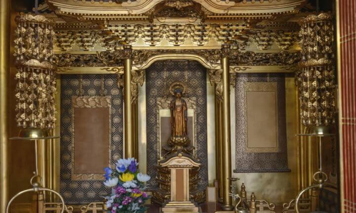 金でできた仏壇のイメージ