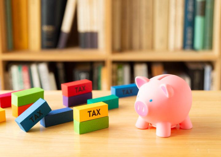 税金と豚の貯金箱