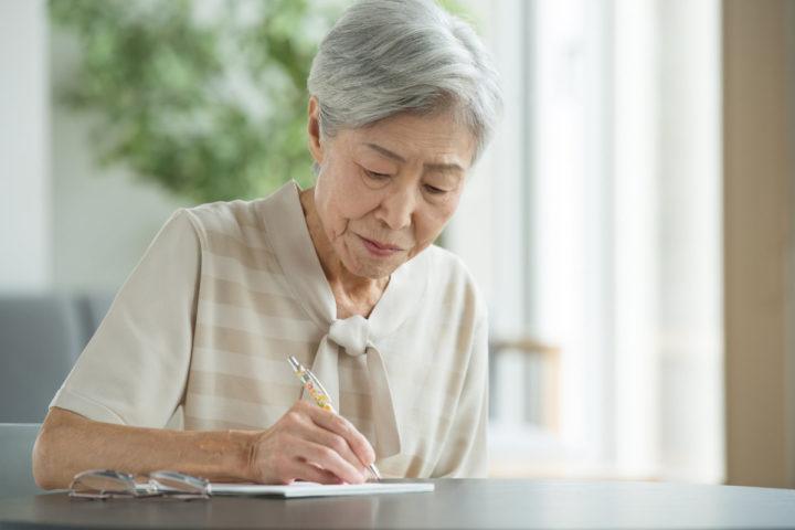 エンディングノートを書く老人