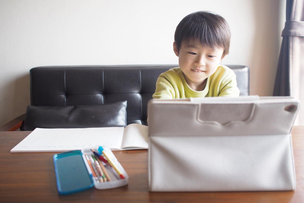 オンライン授業を受ける子供